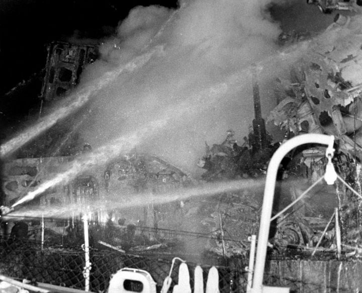 USS_Belknap_firefighting_19751122